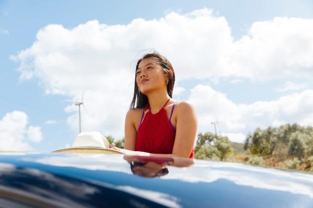 Fêmea asiática sonhadora em viagens