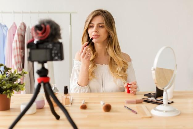 Fêmea colocando maquiagem