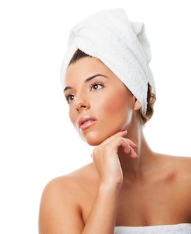 Fêmea com a toalha na cabeça