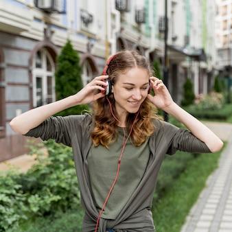 Fêmea com fones de ouvido