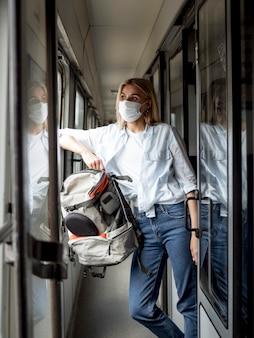 Fêmea com máscara no trem