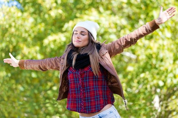 Fêmea com os braços estendidos no parque
