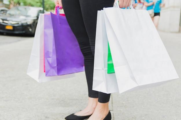 Fêmea com sacolas coloridas