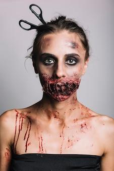 Fêmea com sujidade de boca costurada
