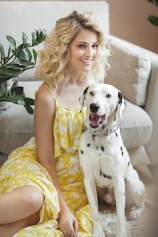 Fêmea consideravelmente nova com dálmata do cão. melhores amigos. amo animais de estimação e humanos.