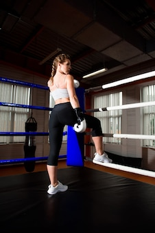 Fêmea de aptidão se preparando para a prática de boxe.