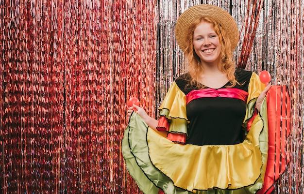 Fêmea de baixo ângulo disfarçada para festa de carnaval