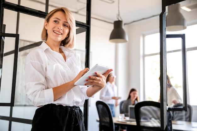Fêmea de baixo ângulo na reunião com tablet