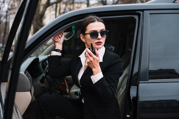 Fêmea de segurança de ângulo baixo no carro