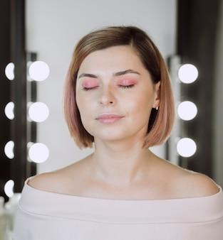 Fêmea de tiro médio com os olhos fechados