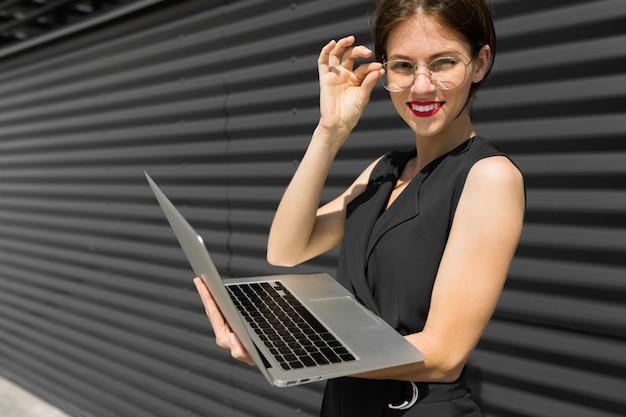 Fêmea em terno de escritório marcou uma consulta e fica com o laptop fora