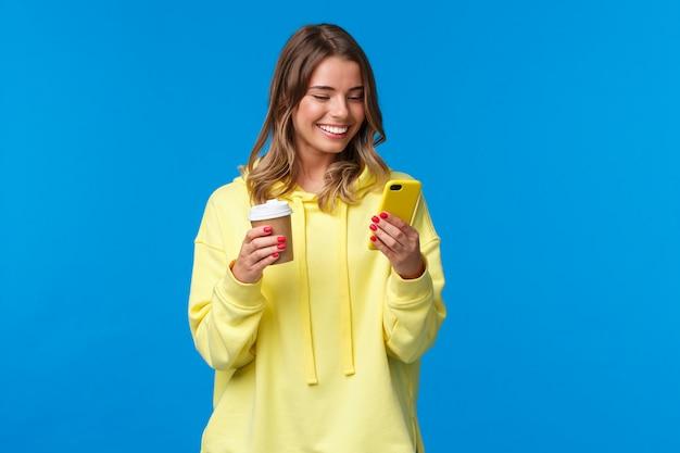 Fêmea europeia alegre despreocupada no hoodie amarelo