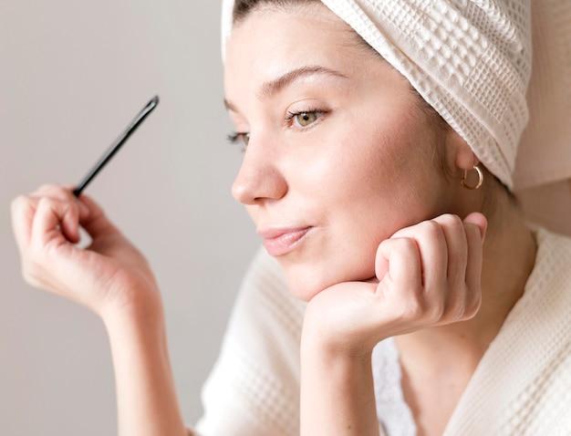 Fêmea fazendo as sobrancelhas compõem