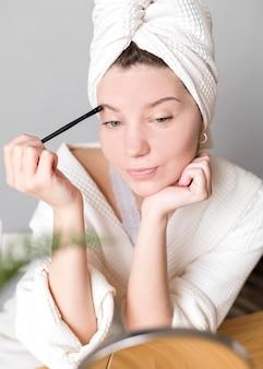 Fêmea fazendo as sobrancelhas