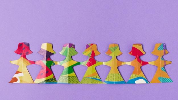 Fêmea feita de vista superior de papel colorido
