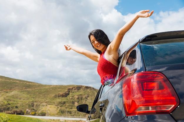 Fêmea jovem alegre no carro