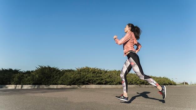 Fêmea jovem ativa correndo ao ar livre