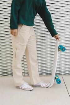 Fêmea jovem close-up com skate