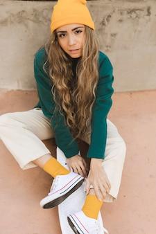 Fêmea jovem com skate