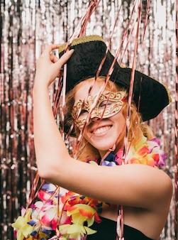 Fêmea jovem de baixo ângulo na festa de carnaval