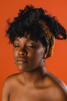 Fêmea jovem étnica nua no estúdio