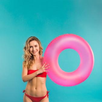 Fêmea jovem magro com anel flutuante