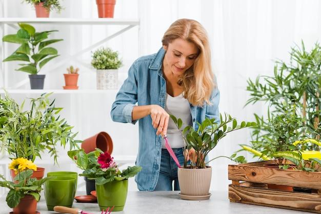 Fêmea jovem plantando flores