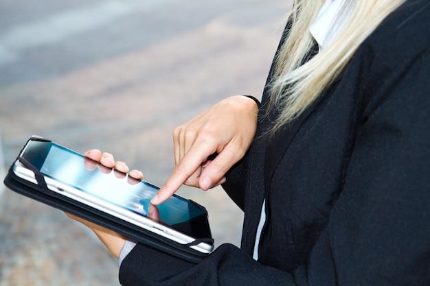 Fêmea mãos tocando tablet digital