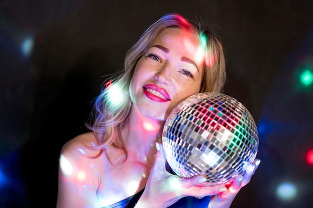 Fêmea na festa com o globo