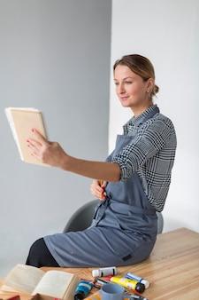Fêmea, olhando para o notebook de longe