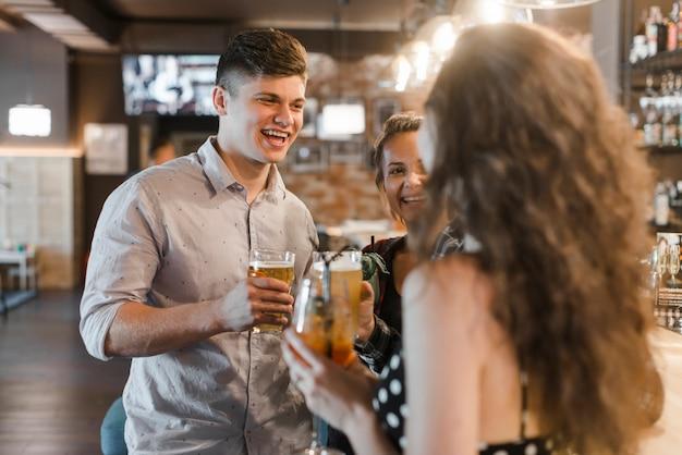 Fêmea, pendurado com as amigas no bar