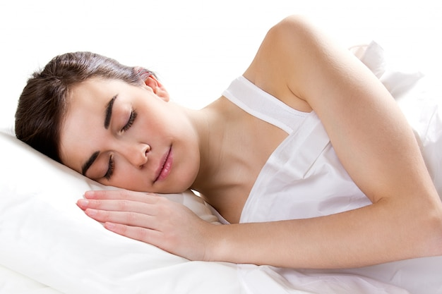 Fêmea que dorme na cama