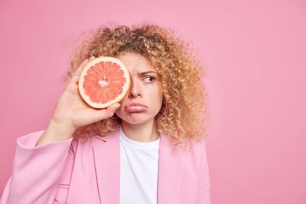 Fêmea segura frutas cítricas