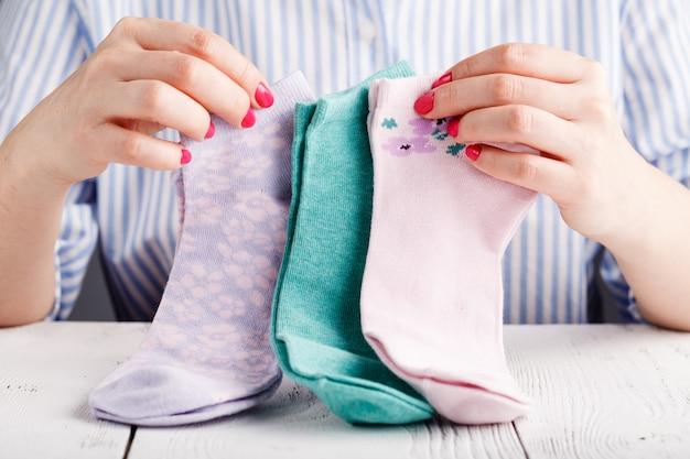 Fêmea segura meias nas mãos