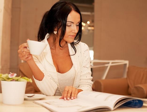 Fêmea segurando uma caneca de café