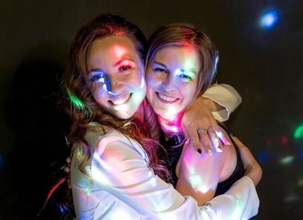 Fêmeas abraçando na festa