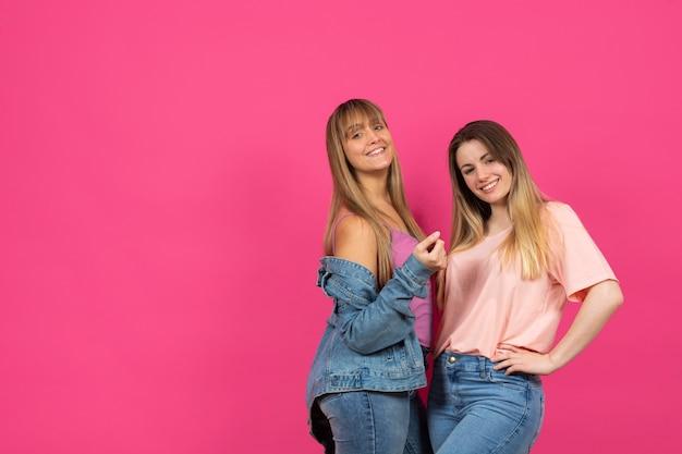 Fêmeas jovens, aproveitando o tempo juntos