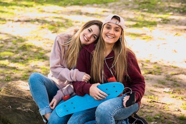 Fêmeas jovens sentados ao ar livre