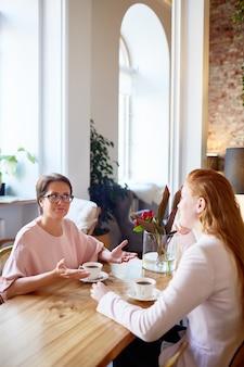 Fêmeas tomando café