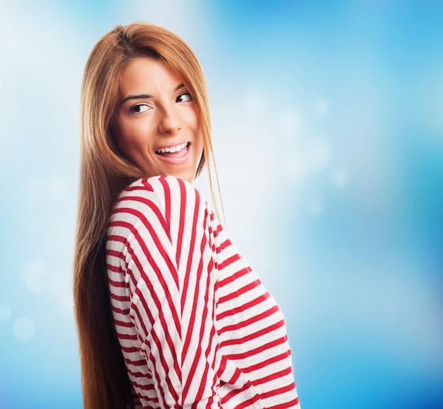 Feminina de cabelos compridos assistindo por cima do ombro