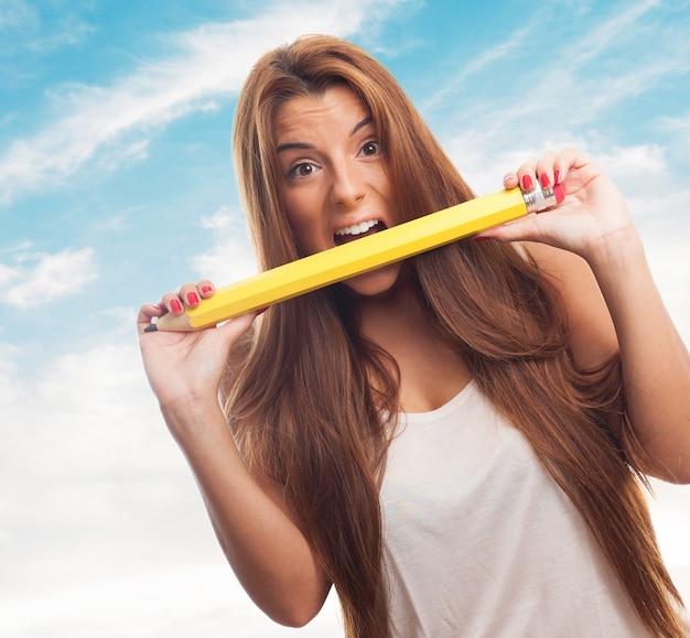 Feminina de cabelos compridos trituração de lápis grande.