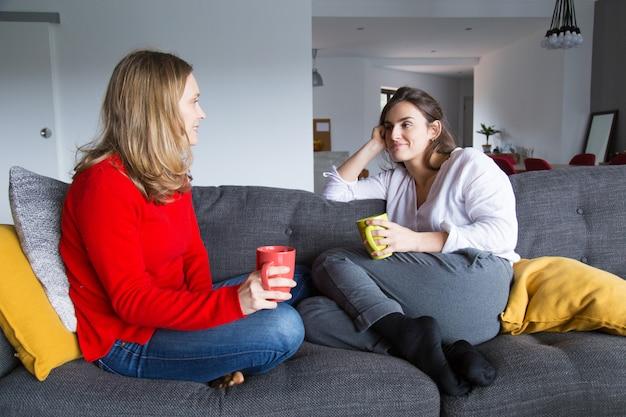 Femininas, amigos, conversando, sobre, xícara café