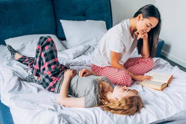 Femininas, amigos, descansar cama