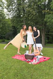 Femininas, amigos, desfrutando, ligado, piquenique, jardim