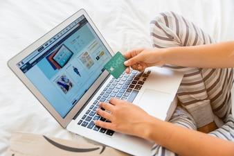 Femininas, com, laptop, e, cartão crédito