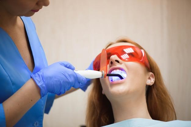 Femininas, dentistas, tratando, paciente
