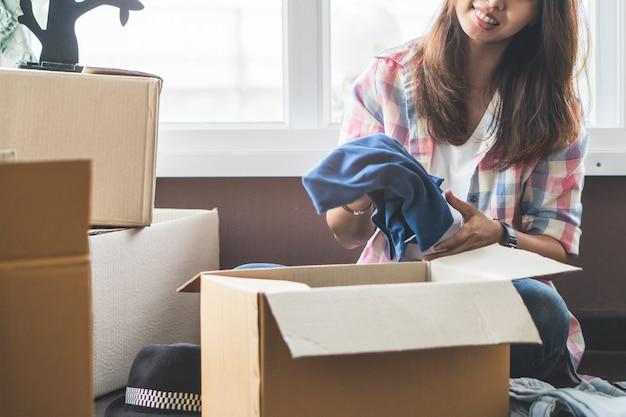 Femininas, desembalar, roupas, e, animais, de, caixa papelão, após, relocate, de, apartamento, para, n