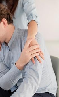 Femininas e masculinas mãos segurando juntos