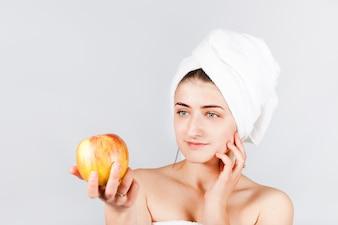 Femininas, em, toalha, segurando, maçã brilhante