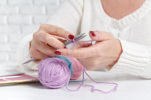 Femininas mãos segurando o fio